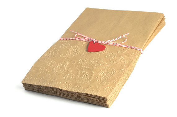 100 kraft paper bags . embossed . paisley . 5 by 7.25 inches . straight edge . wedding . party favors . gifts wrap . table dressing . heart